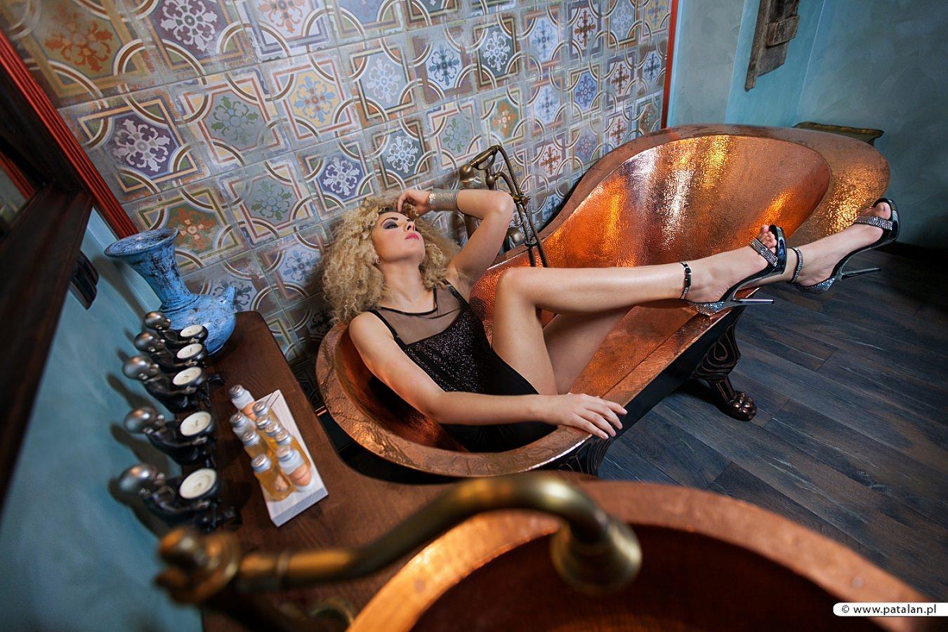 golden pixel studio, stylizowana wanna, miedziana wanna sesja, stylizowana sesja zdjęciowa, modelka z   kręconymi włosami, buduarowe zdjęcia, fotograf zambrów