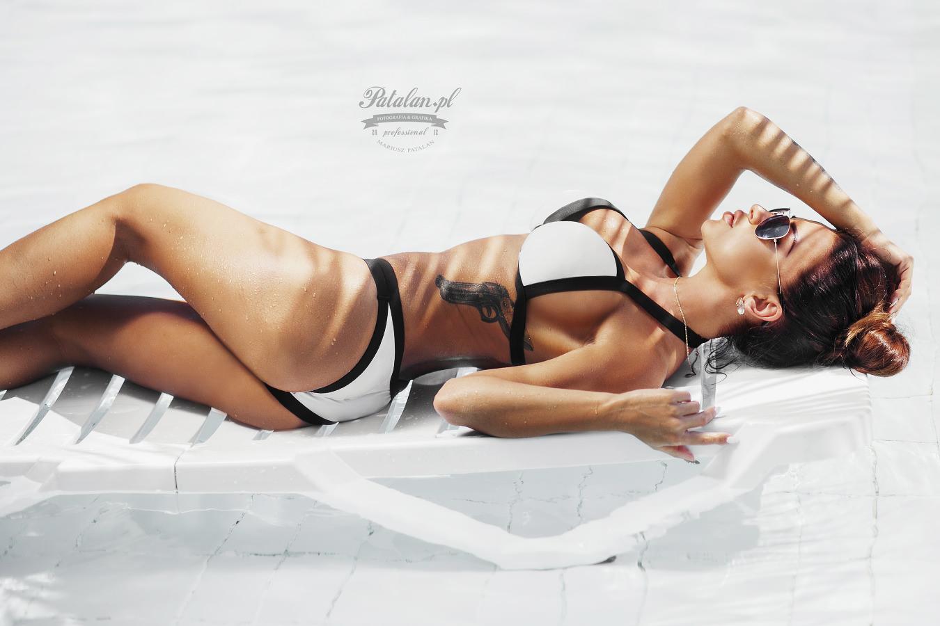 golden pixel studio, seksowna modelka, sesja na leżakach, sesja nad basenem, modelka w stróju   kąpielowym, sesowny tyłek modelka, fitness modelka, zdjęcia w basenie, marta szóstka