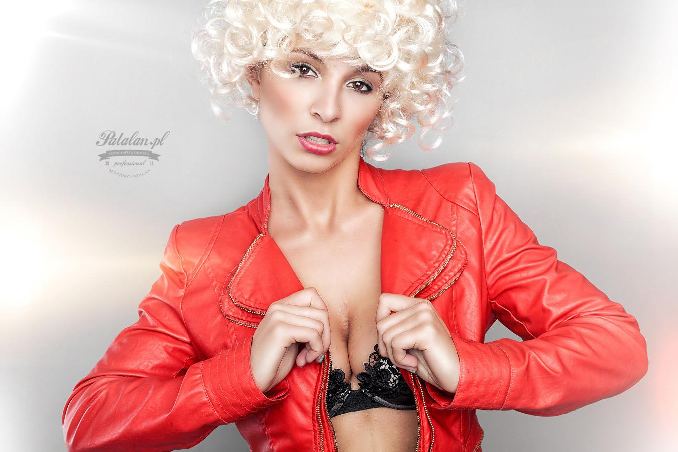 makijaż na sesję, retusz zdjęć skóra, modelka łomża, seksowna modelka, zmysłowe zdjęcia, senualna sesja   zdjęciowa, piękny portret, bielizna modelka z pięknymi piersiami, blond loki peruka