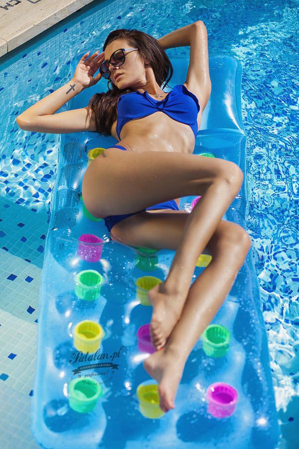 materac modelka, seksowna modelka, sesja na leżakach, sesja nad basenem, modelka w stróju kąpielowym,   sesowny tyłek modelka, fitness modelka, zdjęcia w basenie, niebieski strój kąpielowy azulena,