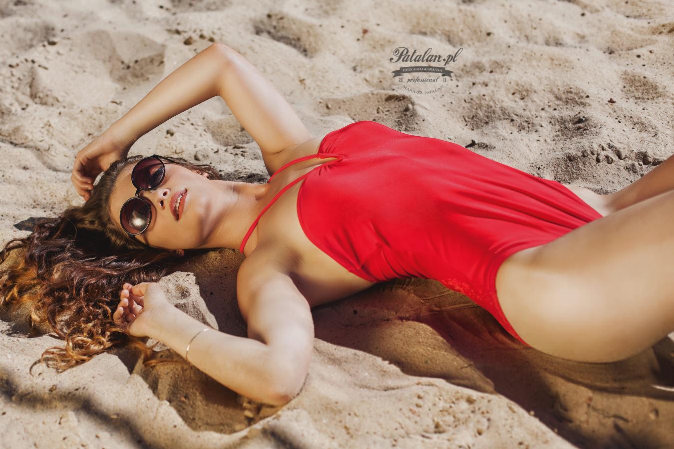 modelka na plaży, oświetlenie w plenerze, strój kąpielowy, seksowna modelka na plaży, złota blenda na sesji   zdjęciowej, zdjęcia na piasku modelka, strój kąpielowy modelka