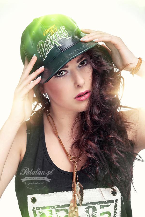 seksowna modelka, zmysłowa sesja, senualna sesja zdjęciowa, piękny portret, zdjęcia w studio, modelka w   czapce bejsbolowej
