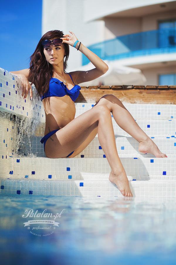 materac modelka, seksowna modelka, sesja na leżakach, sesja nad basenem, modelka w stróju kąpielowym,   sesowny tyłek modelka, fitness modelka, zdjęcia w basenie, niebieski strój kąpielowy azulena