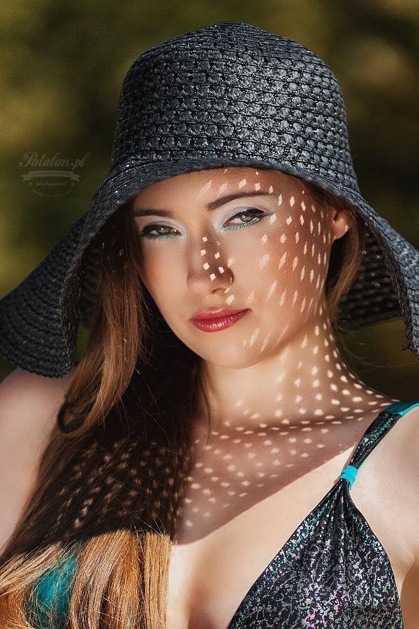 kapelusz na sesji zdjęciowej, modelka na plaży, oświetlenie w plenerze, strój kąpielowy, seksowna modelka   na plaży, złota blenda na sesji zdjęciowej, zdjęcia na piasku modelka, strój kąpielowy modelka