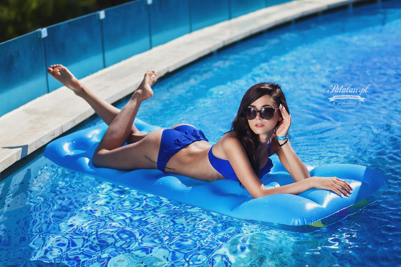 seksowna modelka, oświetlenie w plenerze,  sesja nad basenem, modelka w stróju kąpielowym, sesowny   tyłek modelka, fitness modelka, zdjęcia pod palmami, modelka w okularach, dziewczyna w wodzie, wodospad   sesja zdjęciowa